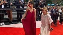 Klára Issová letos zářila na červeném koberci s Jitkou Schneiderovou.
