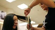 Radka měla vlasy téměř do pasu, které paní Markéta lehce zkrátila a sestříhala