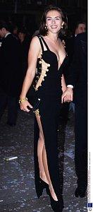 S bezkalhotkovým trendem začala Elizabeth Hurley na premiéře filmu Čtyři svatby a jeden pohřeb v Londýně 15. června 1994.