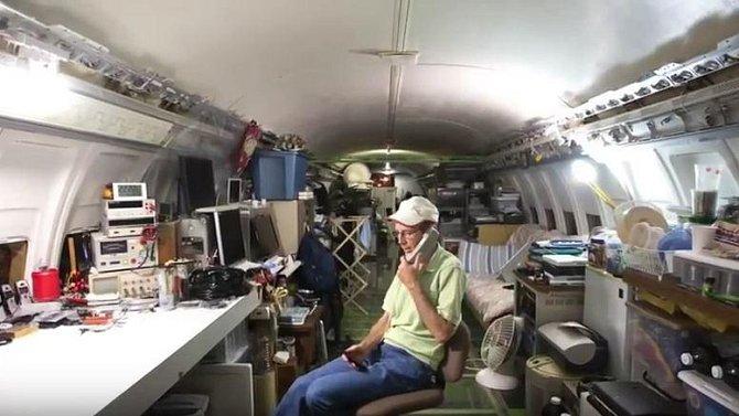 Čtyřiašedesátiletý dobrodruh během několika let vybudoval z doslouženého stroje letní sídlo se vším všudy.