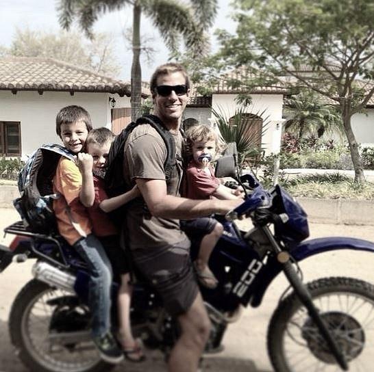Otce pěti dětí srazil na kole opilý řidič. Teď vypadá, že nevnímá okolí, ale manželka věří v zázrak