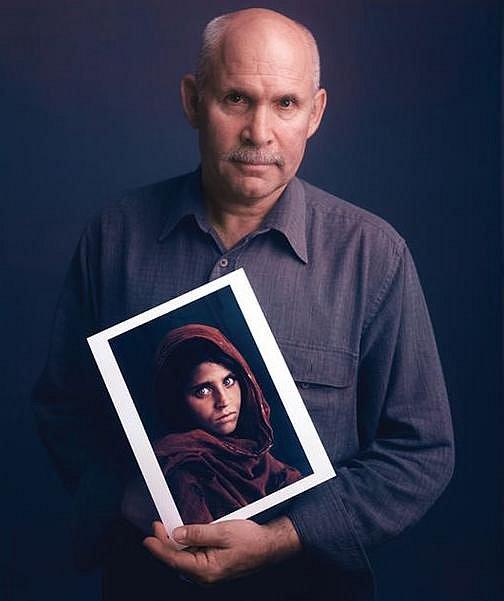 Steve McCurry se snímkem, který ho udělal nesmrtelným.