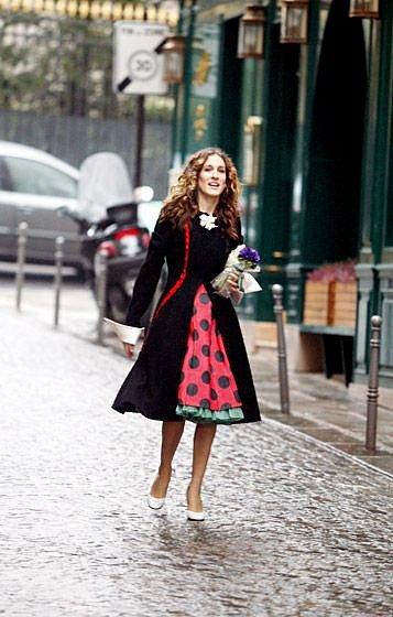 Super šaty ve stylu pin-up, kontrastní spodnička je super, jen by neměla tolik vyčuhovat.