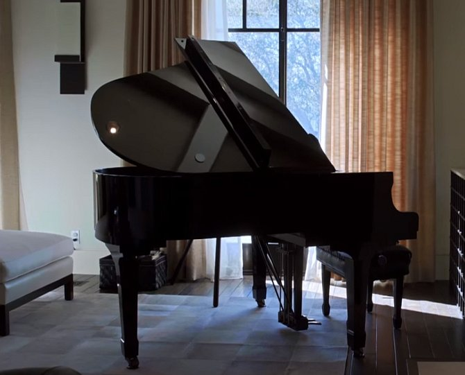 Kourtney přihlásila všechny své děti na hodiny klavíru.