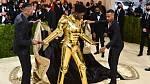 Pak rapper ukázal zlaté brnění od značky Versace.