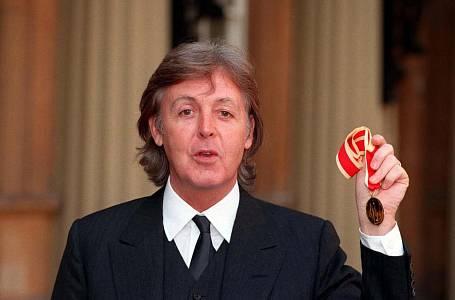 <p>PAUL McCARTNEY Šlechticem se stal díky britské královně Získaný titul: Sir </p>