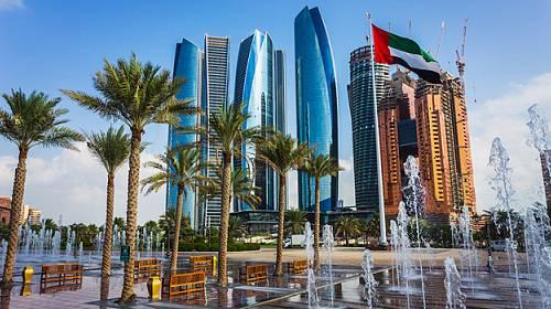 V Dubaji můžete lyžovat, nakupovat, hrát golf i přespat v poušti v beduínském stanu!