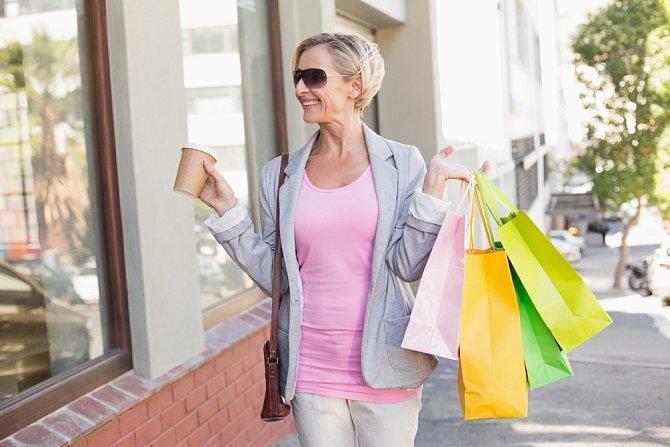 Při výběru oblečení nehleďte na svůj věk ani na módní trendy. Noste to, v čem se cítíte dobře a co vám sluší.