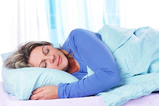 Vědci prokázali souvislost mezi obezitou a nedostatkem spánku. Proto se snažte každou noc naspat doporučených 7-8 hodin.