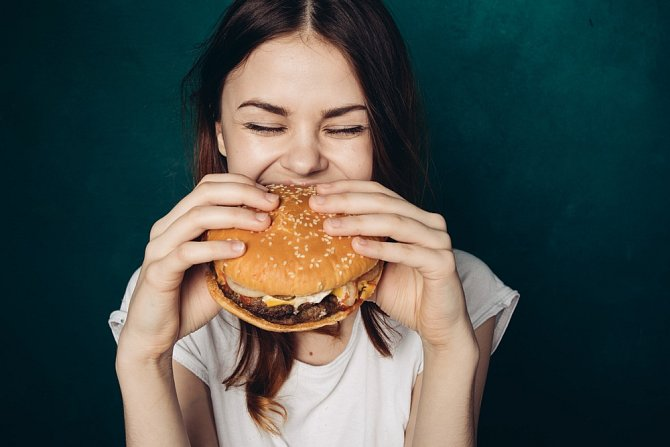 Vytvořte si takový stravovací režim, který nebudete vnímat jako dietu s počítáním kalorií. Rychlé občerstvení je horší než nášlapná mina.
