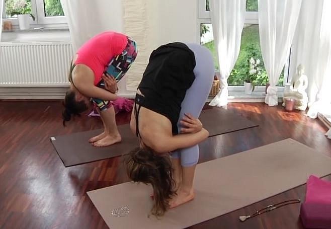 Nebojte se nohy v kolenou pokrčit, snažte se při cvičení cítit stále dobře.
