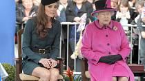 Královna Alžběta II. a její snacha Kate