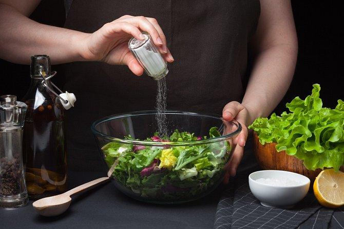 Sůl není pro naše zdraví takový démon jako cukr, ale nemělo by se to s množstvím přehánět.