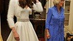 Novomanželka Kate s tchyní Camillou vyrážejí převlečené na večírek po obřadu