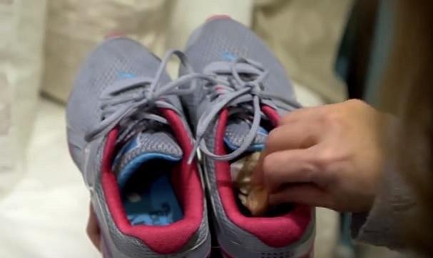Pokud vám zapáchají boty, vkládejte do nich po použití čajové sáčky. Pomohou vám zbavit se nepříjemného zápachu.