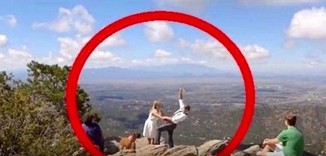 Polští novomanželé na dovolené v Portugalsku zatoužili po selfie přímo z okraje skály. Bohužel muž zavrávoral a při pádu s sebou strhl i svou ženu. Několik desítek metrů dlouhý pád ani jeden nepřežil.
