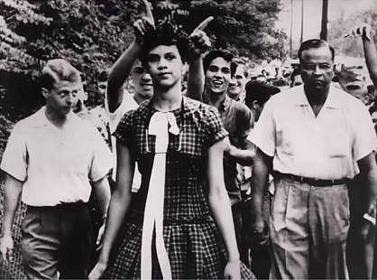 Dorothy Counts - první černošská studentka v den nástupu na střední školu. Dorothy rasistické poznámky, ale i fyzické napadání od spolužáků vydržela pouhé 4 dny, pak jí otec ze školy odhlásil.