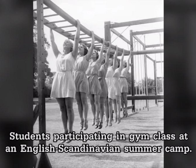 Studentky během hodiny tělocviku na anglicko-skandinávském letním táboře.