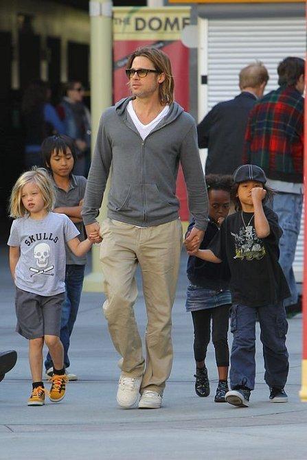 Brad Pitt má početnou rodinku, jen kdyby byla řeč s Angelinou.