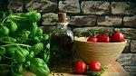 Rajčata ztratí chuť a dužina bude moučná, bylinky nasají pachy z celé lednice.