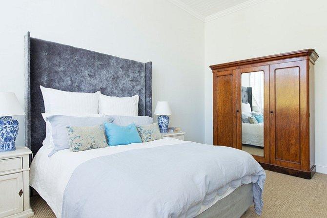 Ustlaná postel působí i v bytě plném čurbesu poněkud uklizeněji.