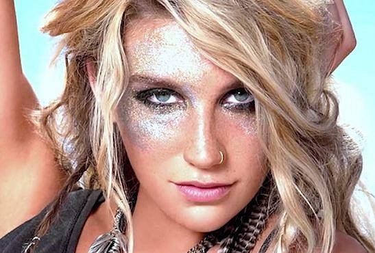Dalším hitem jsou třpytky... Kesha to pojala ve velkém, ale v tomto případě jde o uměleckou fotku, tak jí to odpouštíme.
