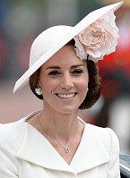 Tento krásný model si vévodkyně Kate vzala 11. 6. na oslavu královniných narozenin.