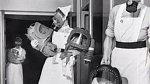 Plynové masky pro miminka - Anglie se rozhodla neponechat nic náhodě, a tak plynové masky chránící i před případným chemickým útokem vyráběla už i pro miminka.