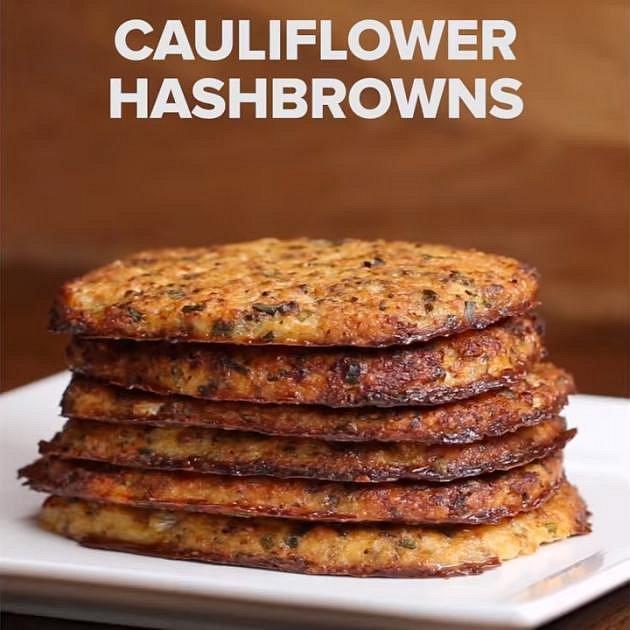 Květákové placičky - Co budete potřebovat: středně velký květák, 1/2 lžičky soli, 2 lžíce olivového oleje, 1/3 hrnku pažitky, 3 stroužky česneku, 1 lžíce sušené bazalky, 1/2 lžičky soli, 1/2 lžičky pepře, 1/2 hrnku sýru parm...