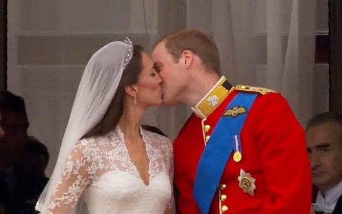 Kate a William při tradičním novomanželském polibku.