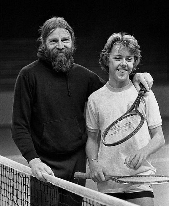 V mládí se Lars snažil prosadit na tenisovém kurtu, k hudbě měl ale blíž.