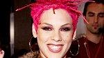 Pink proslavila také její záliba v krátkých vlasech. Dříve si libovala v růžové, dnes dává přednost platině.