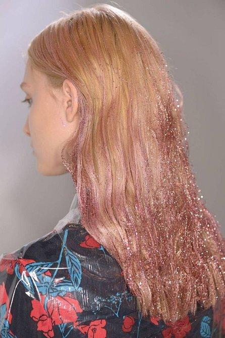 Třpytky po celé délce vlasy? Proč ne! Vypadá to super.