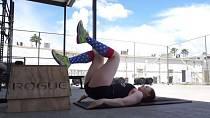 Možná znáte cvik, při kterém ležíte na podložce a zvedáte zadek, jak nejvýš vám to jde. Zkuste tuto obměnu, kdy je jedna noha vysoko na podložce, druhá se spolu se zadkem zvedá.