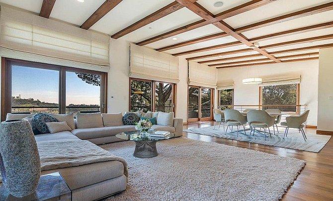 Domu v Brentwoodu vládne minimalismus a jemné barvy.