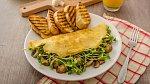 Vaječná omeleta plněná klíčky a hříbky s opečenou bruschettou.