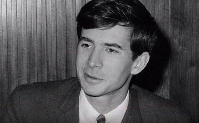 Anthony Perkins (1932-1992) - Většina lidí si Anthonyho Perkinse bude pamatovat coby Normana Batese z Hitchcockova hororu Psycho. Oženil se sice s fotografkou a zplodil s ní dvě děti, ale říká se, že měl milostné pletky i s muži.