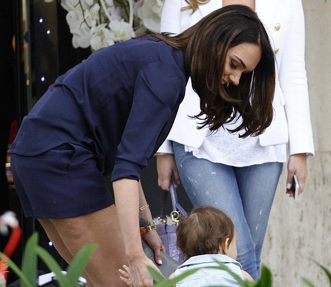 Miliardářská dcerka Tamara Ecclestone se díky péči o svou dcerku Sophii už nemůže tolik starat o svou postavu. Na stehnech se jí tak objevila celulitida.