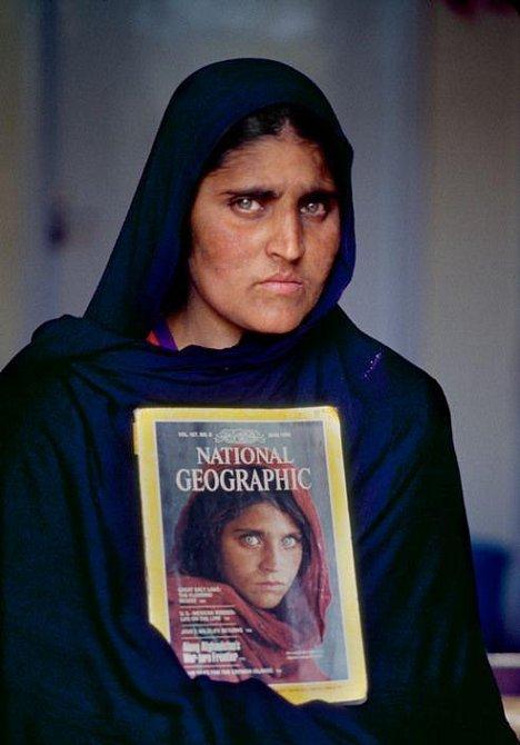Šarbat v roce 2002, kdy poprvé uviděla svou fotografii z dětství.