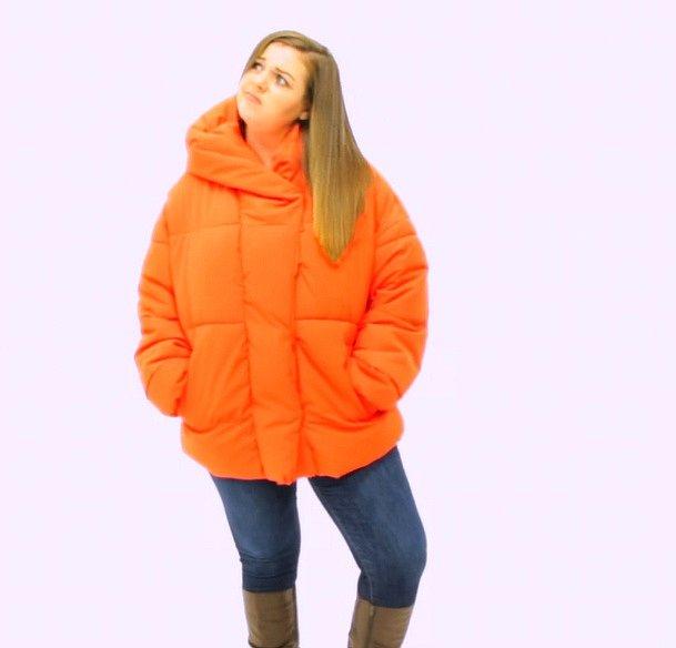 Pokud uvažujete o koupi zimní bundy, zapomeňte na dlouhé naforemné péřové bundy pod zadek. V těch budete působit dojmem mrože.
