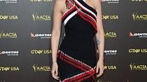 Ceny G'Doy USA zdobila se stejným účesem a v krátkých šatech s třásněmi.