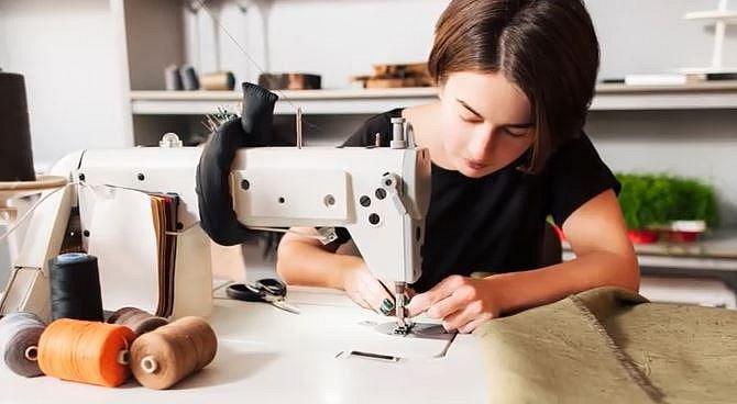 10. Vytvořte si vlastní oblečení - Zkuste to! Stačí si třeba vylepšit triko zkrácením rukávů, vytvoření prošoupání na džínech nebo si ušít jednoduché šaty ze zajímavé látky.