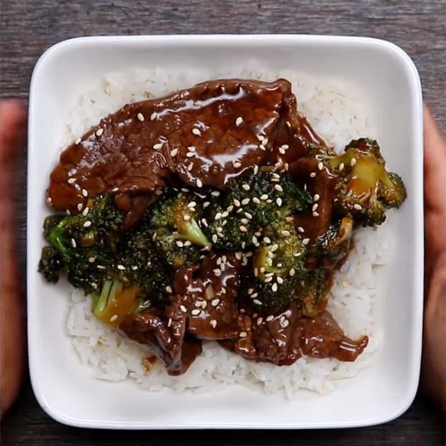 Hovězí steak s brokolicí - Co budete potřebovat: 450 gramů hovězího masa (steak), olej, pepř, sůl, 3 stroužky česneku, 1/2 lžičky zázvoru, 2 lžíce sezamového oleje, 1/3 hrnku sójové omáčky s nízkým obsahem soli, 1/4 hrnku hnědé...