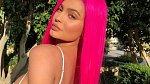 Reality star Kylie Jenner před třemi měsíci porodila dcerku Stormi a nyní už s ní vyrazila do Karibiku. Kylie se svým partnerem Travisem Scottem relaxují a o malou Stormi se stará chůva.