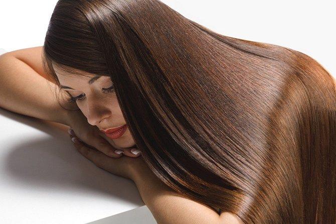 Pokud toužíte po rovných lesklých vlasech, dejte si na ně keratin.