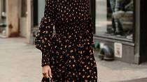 Černé šaty s květinovým potiskem jsou hitem letošního podzimu.