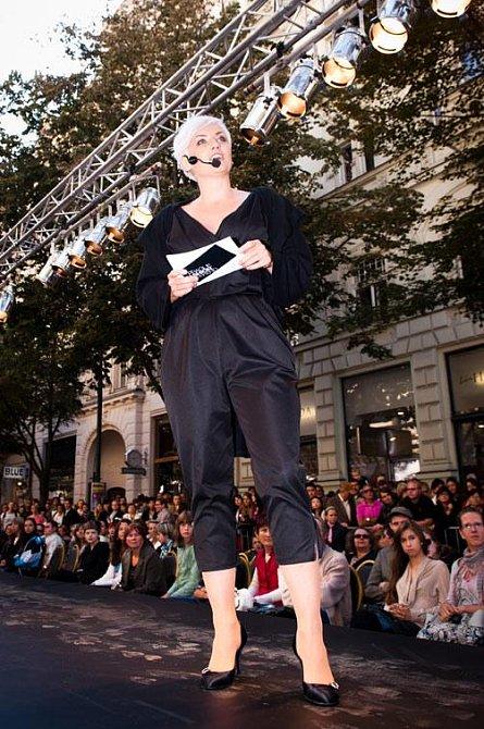 Moderátorka Lenny Trčková se oblékla do trendového overalu od návrhářky Taťány Kováříkové