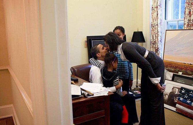 Michelle s dcerami na návštěvě tatínka v Oválné pracovně, 2009