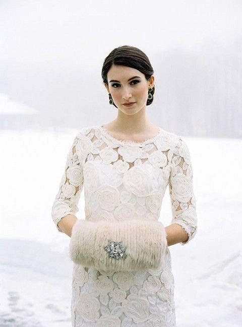 Elegantní rukávník nahradí během zimní svatby květinu. Praktické a originální.