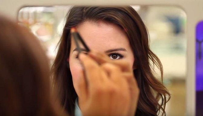 Podívejte se do zrcadla zpříma a označte tužkou body na svém obličeji, a sice tak, abyste je mohli později spojit.